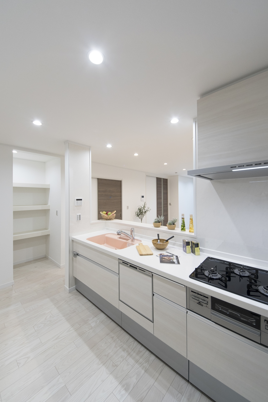 キッチン脇のパントリーは備蓄や場所をとるキッチン家電の保管にも便利。