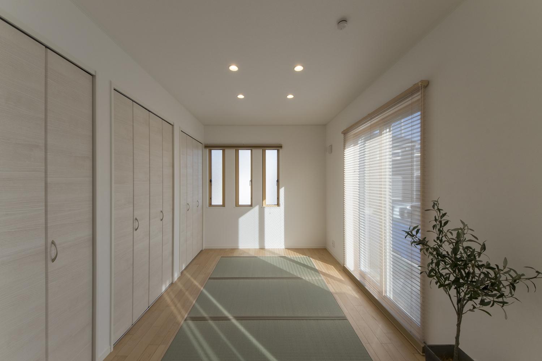 畳のさわやかなグリーンが空間を彩る1階畳敷き洋室。大人も子供もゴロンと横になれる癒しの空間。