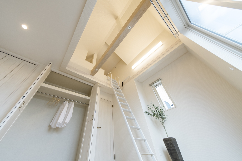 屋根の形に合わせて傾斜を持たせた勾配天井を設えました。空間が広がり開放的です。