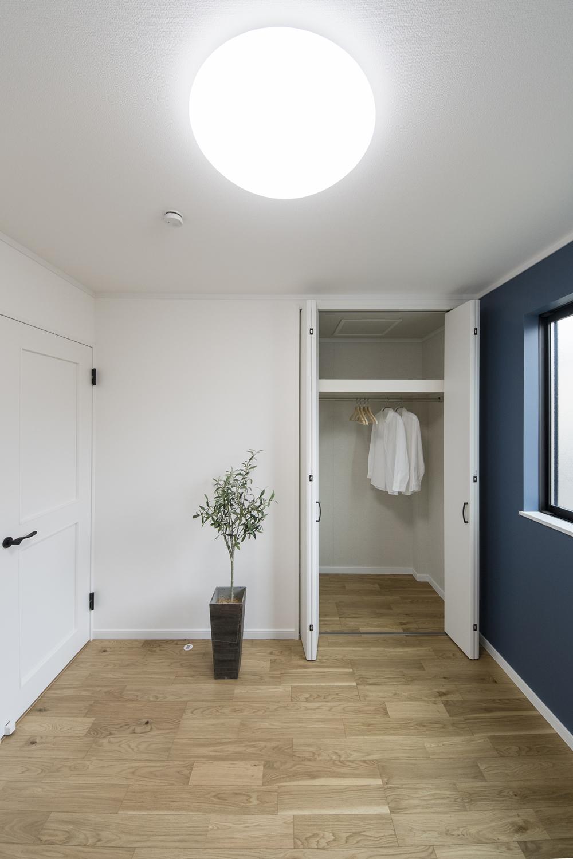 2階洋室/木のやさしい温もりとモダンなデザインが融合したナチュラルモダンテイスト。