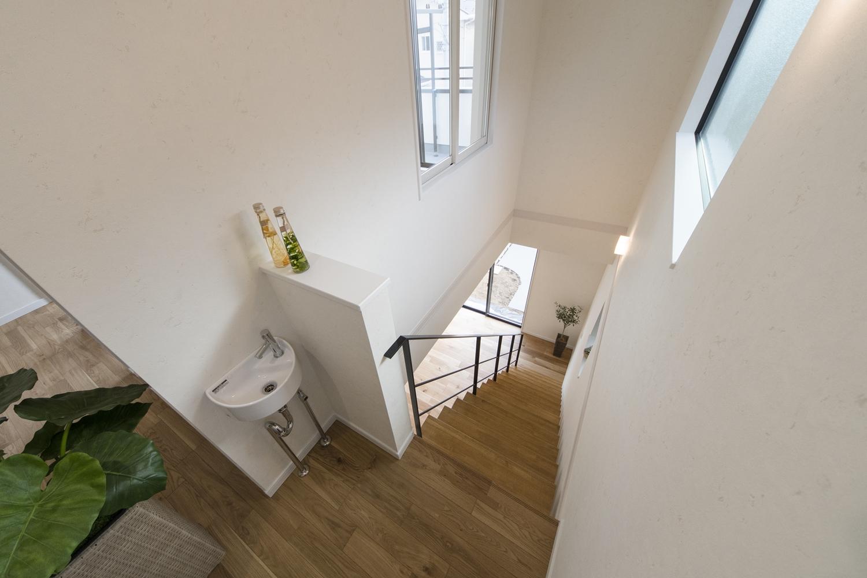2F洋室の階段側に室内用の窓を、階段を上がった所に手洗いキャビネットを設置しました。