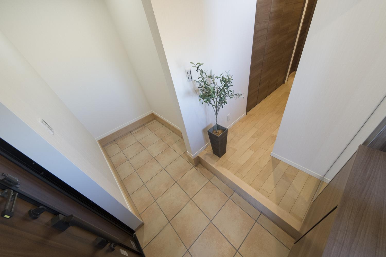 ペット用品やお散歩アイテムを置いておける広々とした玄関土間。ひんやり冷たいタイル土間はワンちゃんの夏のお気に入りの場所に♪