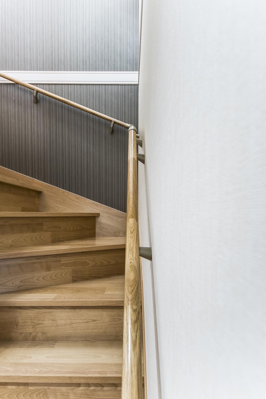 穏やかな木目と緻密な木肌が印象的なバーチの素材を使った階段。木目が醸し出す柔らかくて豊かな質感が印象的です。