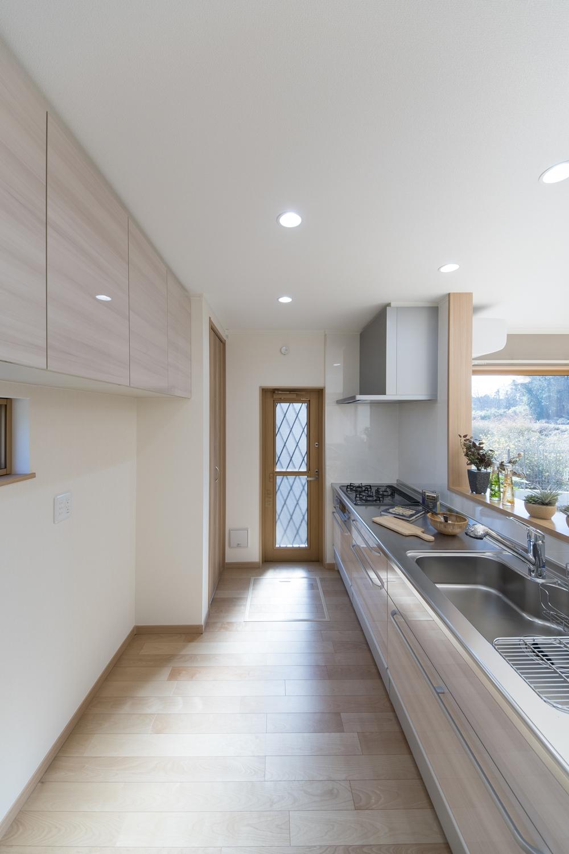 キッチン背面に設置した吊戸棚はキッチン扉とお揃いのデザインです。