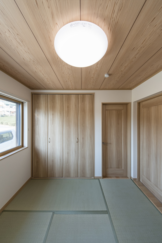 1F畳敷き洋室/畳のさわやかなグリーンが空間を彩ります。天井の自然な木目柄クロスが和風空間を優しく包みます。