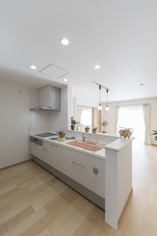 1階キッチン(親世帯)/白を基調に、パステルカラーのシンクをアクセントにして明るく可愛らしい印象になりました。