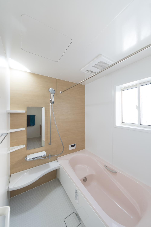 1階バスルーム(親世帯)/天然木を再現したアクセントパネルが空間に温もりをあたえます。ピンクの浴槽が優しい印象になりました。