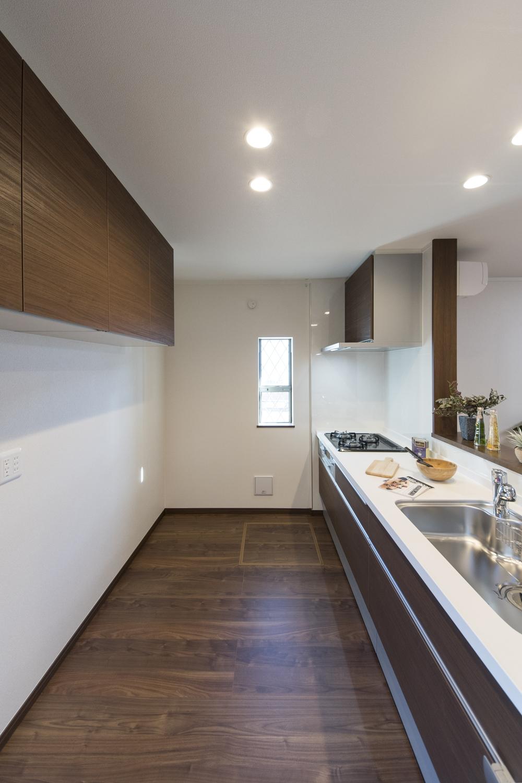 広々としたキッチンスペース。キッチン背面には、吊戸棚を施しました。