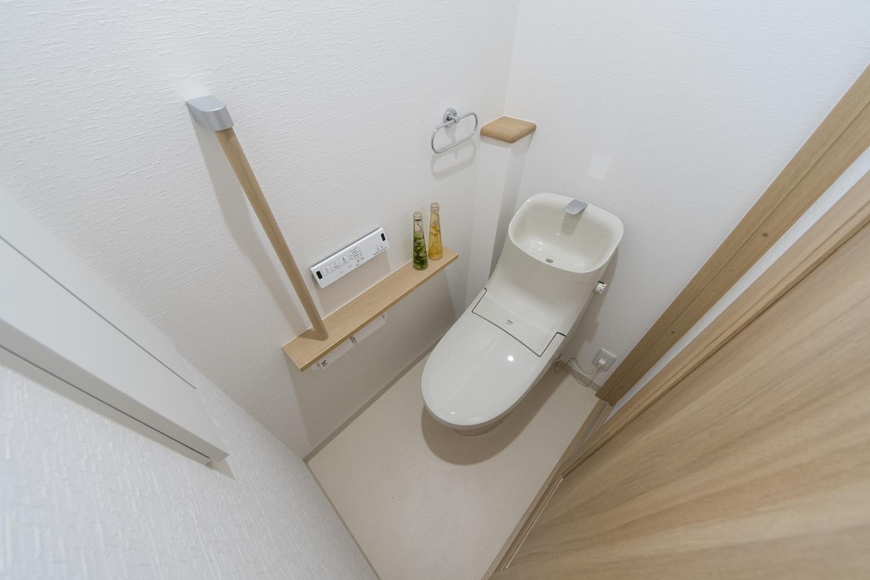 2階トイレ/手すりを設置して安全で快適な暮らしをサポートします。
