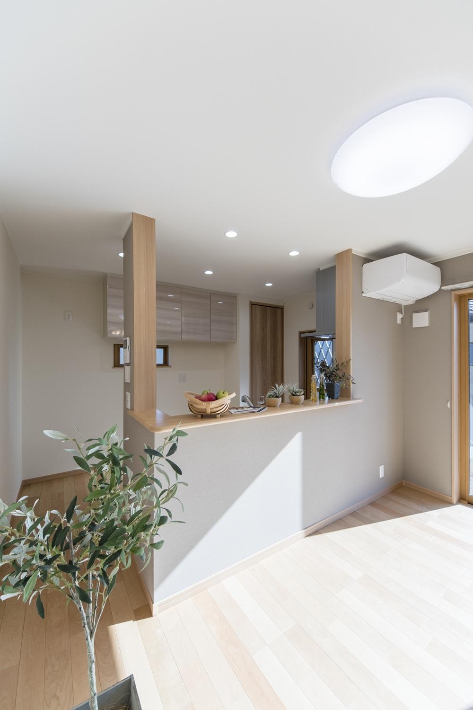 キッチン廻りと窓側の壁は、ライトブラウンでアクセントをつけてモダンな空間に仕上がりました。