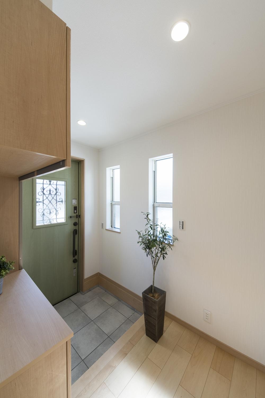 2世帯共有の玄関/ドアのガラス部分と、二連の窓から差し込む光が、明るく開放感ある空間を演出します。