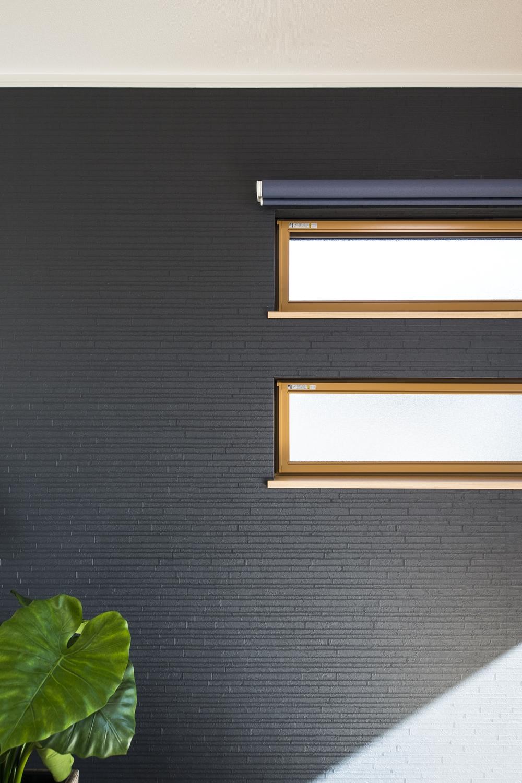 2階洋室/深みある濃紺色の壁紙と二連の横長窓のデザインがスタイリッシュな空間を演出。
