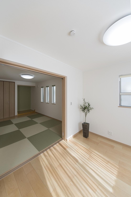 2つのお部屋の真ん中に引戸を設えました。開けるとお部屋がつながり開放的に。