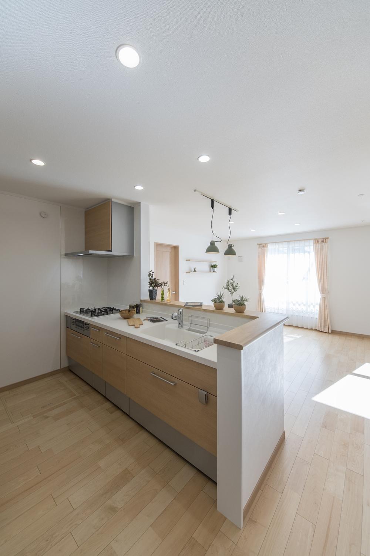 2階キッチン(子世帯)/木のやさしい風合いの扉カラーがナチュラルな雰囲気をプラスします。
