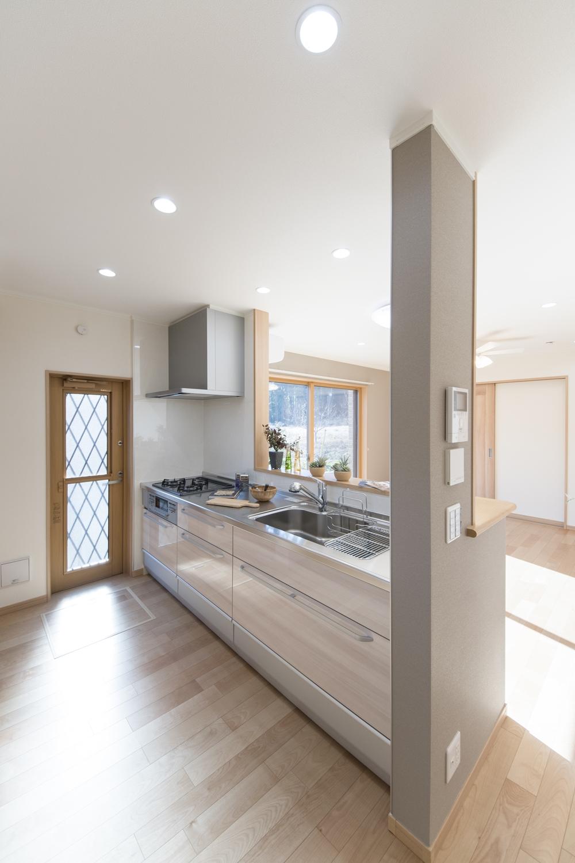 キッチンの扉は、木目調のベージュカラー。ナチュラルで温かみのある印象になりました。