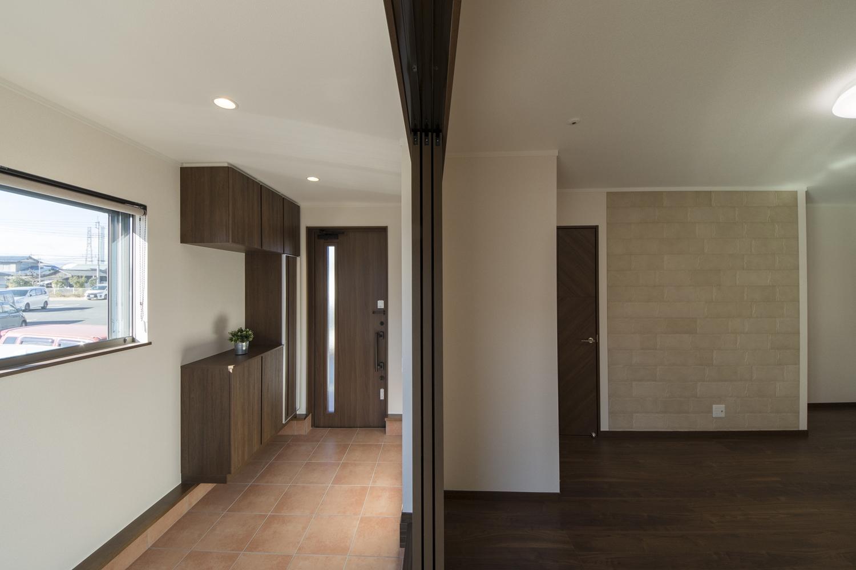 広々とした玄関土間とリビングの一体感が心地いい、ペットと暮らす癒しの時間が流れる空間。