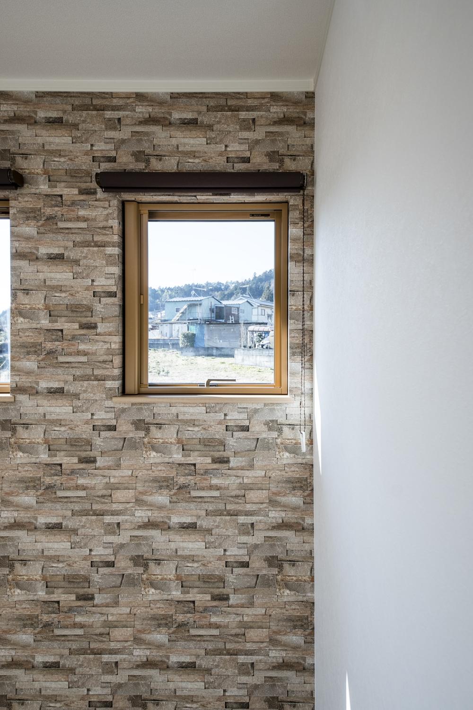 2階洋室/表情豊かな石積をリアルに再現したアクセントクロスがモダンな空間を演出します。