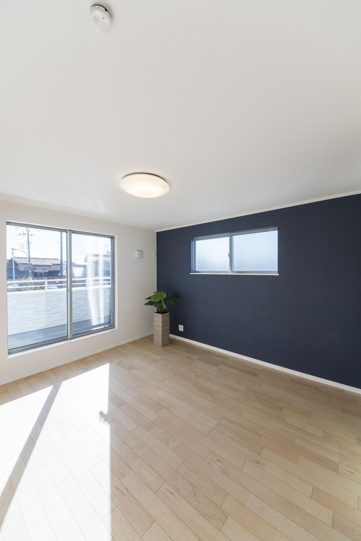 2階洋室/深みある濃紺色の壁紙と爽やかな色味のフローリングが、落ち着きのある雰囲気を演出します。