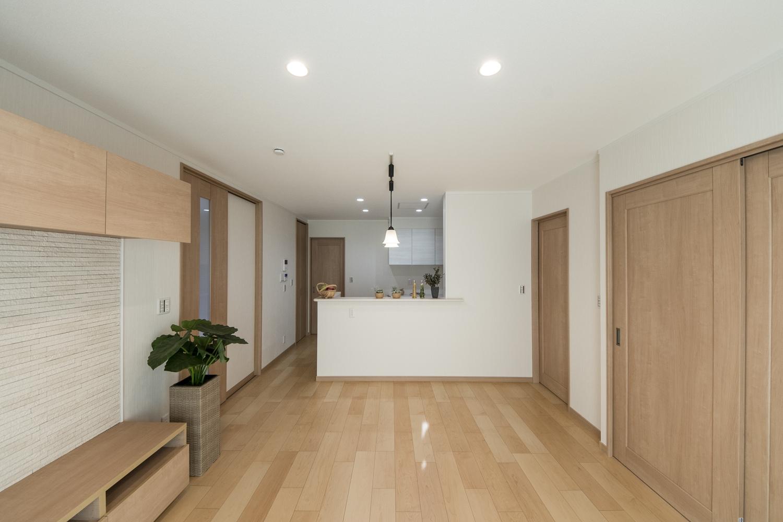 1階リビング(親世帯)/やわらかな木目が印象的なハードメープルのフローリング。ナチュラルでさわやかな空間を演出。