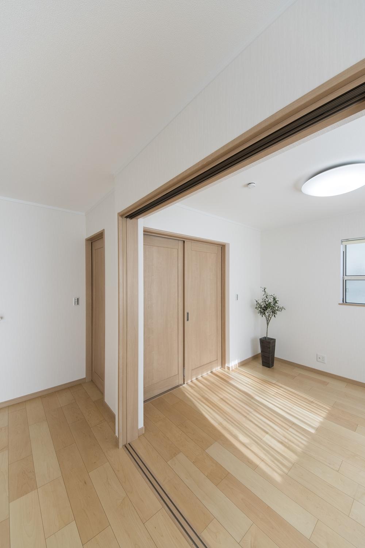 1階洋室/(親世帯)リビング同様、木のやさしい風合いを感じる建具やフローリングが、穏やかで心地の良い空間。