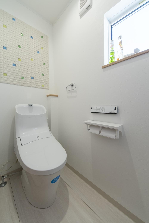 2階トイレ(子世帯)/ポップなデザインの、インテリア壁材「エコカラット」を施しました。空気を美しく整える効果があります。