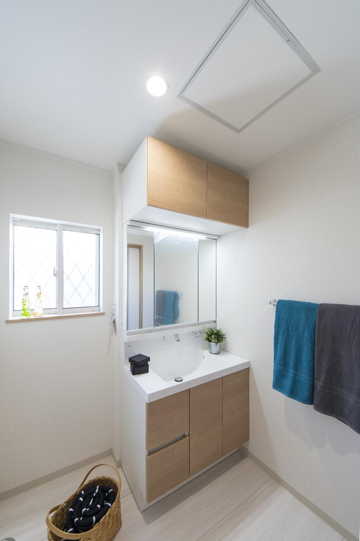 1階サニタリールーム(親世帯)/洗面化粧台の上にキャビネットを設置しました。 洗面化粧台上部の空間をムダなく活用できます!