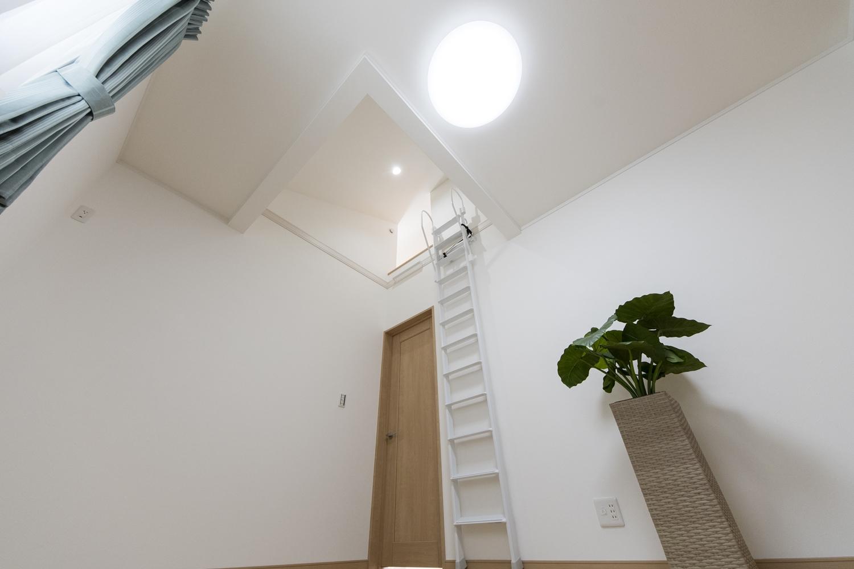 2階洋室(子世帯)/屋根の形に合わせて傾斜を持たせた勾配天井とロフトを設えました。空間が広がり開放的です。
