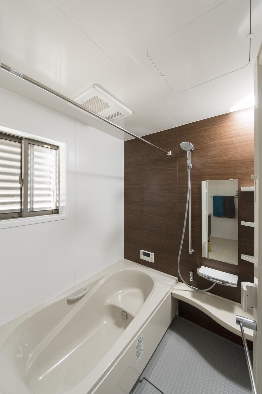 バスルーム/窓に、通気性・採光性を確保しながら、しっかりと目隠しできるルーバーを設置しました。