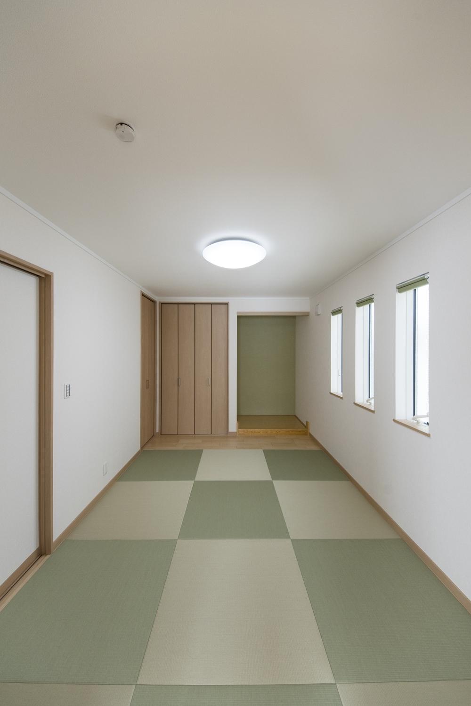 1階畳敷き洋室(親世帯)/和と洋が融合した、和洋モダンスタイル。色味の違うグリーンの畳を市松模様に敷き、一部はフローリングを施しました。