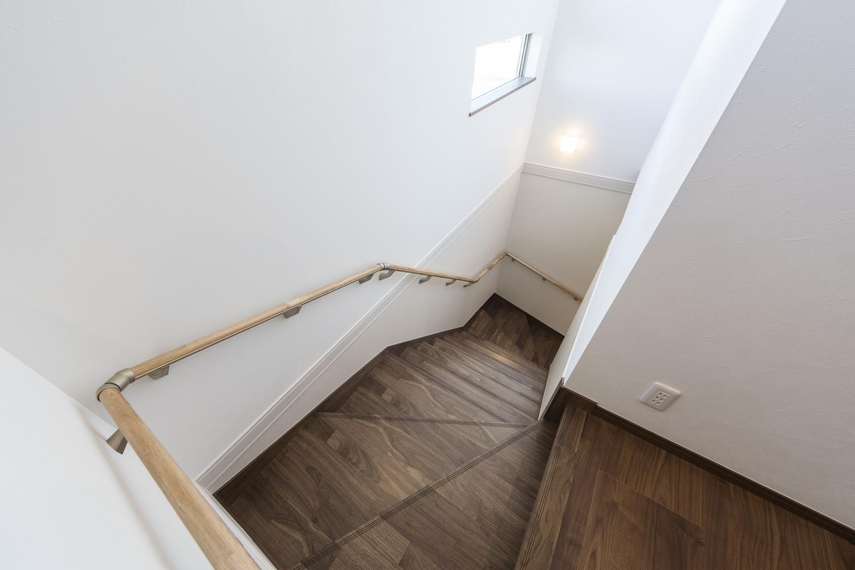 大型のワンちゃんと一緒に昇り降りできる様に、階段の幅を広めにとり、階段の壁もペット用の壁紙を施しました。