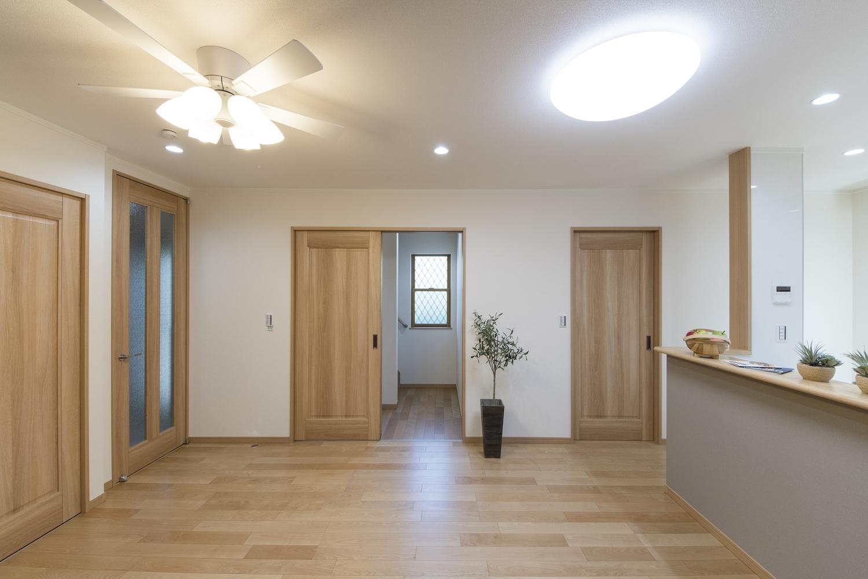 ご家族が自然と顔を合わせる機会が増えるリビングイン階段を採用しました。階段入口に扉を設置して冷暖房効率をUPさせました。