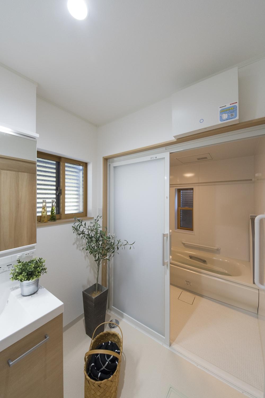 将来を見据え、浴室のドアを引戸タイプにしました。注文住宅ならではのこだわりポイントです。