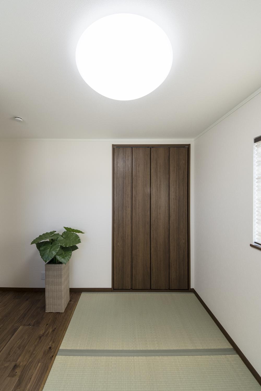 2F畳敷き洋室/畳とフリーリングを両方施したモダンなデザイン。ゴロンと横になりたくなる癒しの空間。