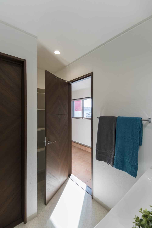 ワンちゃんと遊んで、泥んこになっても、玄関から靴を脱いでそのまま洗面室、浴室へ直行できます。
