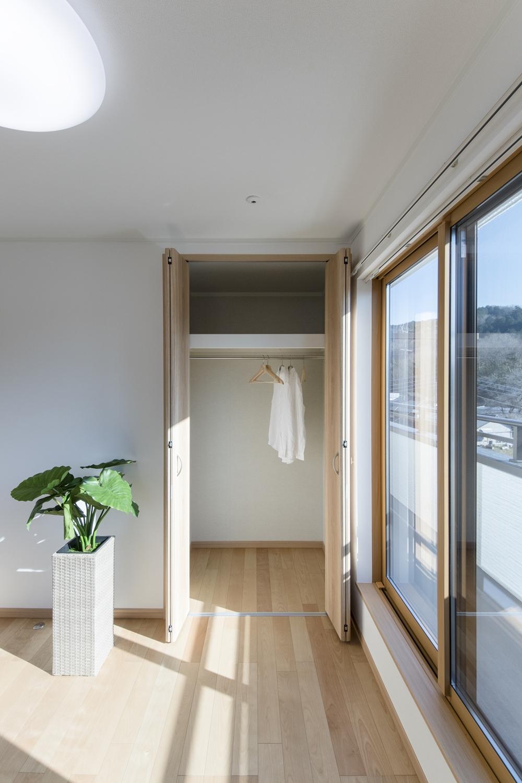大きな窓から自然のやさしい光が降り注ぐ2階洋室。