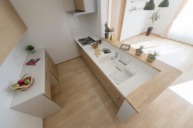 2階キッチン(子世帯)/キッチン背面にはキッチンと同じ配色の吊戸棚とカップボードを設置しました。