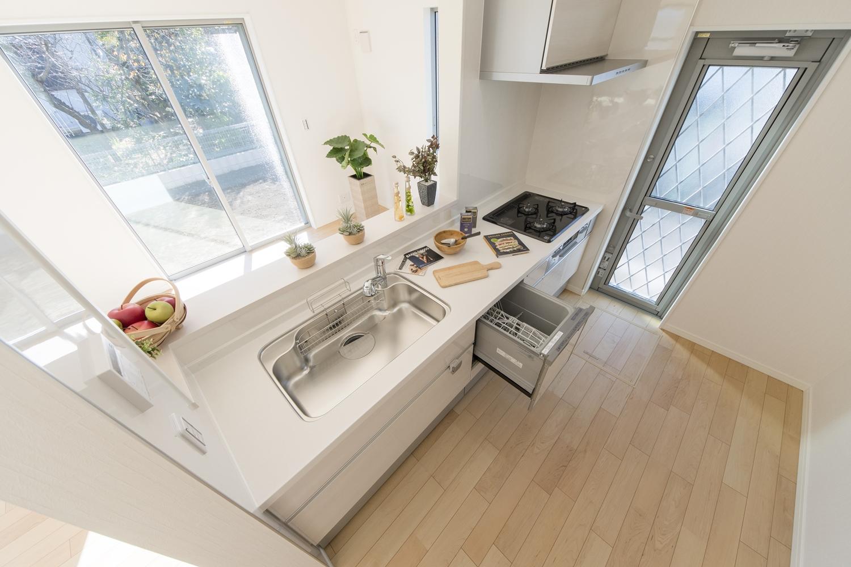 食器洗い乾燥機を施し機能美も優れた、家族を見守りながら家事がこなせる、カウンター付キッチン。