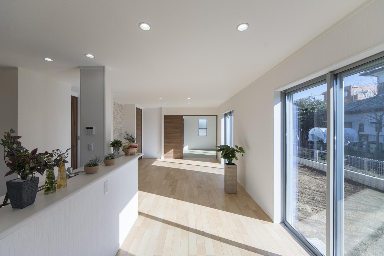 大きな窓から自然のやさしい光が降り注ぐ、明るく開放的なリビング。