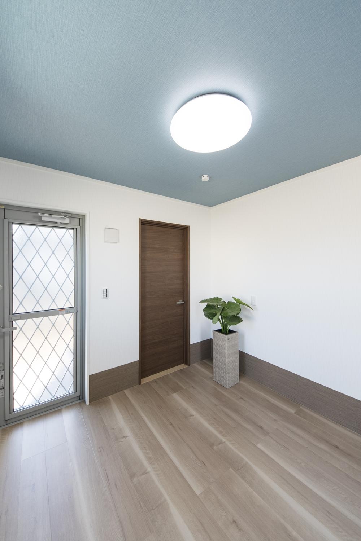 1階ペットルーム/室内からはもちろん、外からも入れる間取りに。外の入口付近には、足洗い場も設置しました。