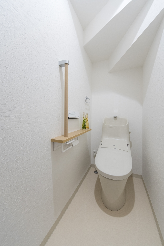1階トイレ/手すりを設置して安全で快適な暮らしをサポートします。