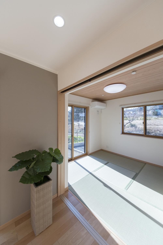 陽光が部屋全体を包み込む明るい畳敷き洋室は家族憩いの場所に。