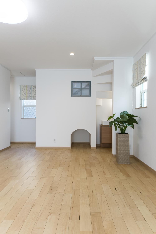 階段下の収納部分は、可愛らしいアーチ型の下り壁になっていて、空間のアクセントになりました♪
