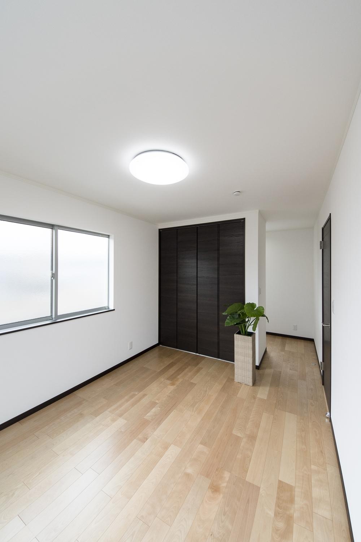2階洋室/窓から自然のやさしい光が降り注ぐ明るい室内。