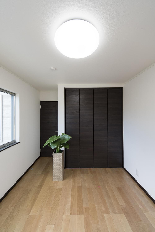 2階洋室/ダークブラウンの建具を合わせ、フローリングの色とメリハリをつけた仕上がりに。
