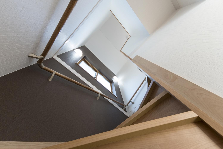 ブラウンのクロスをアクセントにした階段スペース。モダンで落ち着いた雰囲気に仕上がりました。