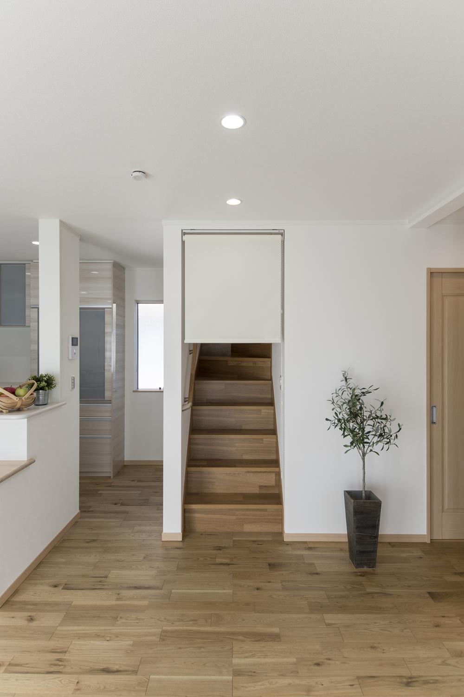リビングイン階段の入口にロールスクリーンを設置して冷暖房効率をUPさせました。