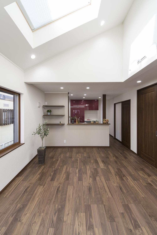 勾配天井に天窓を設えた光のあふれるダイニング。明るく開放感のある空間です。