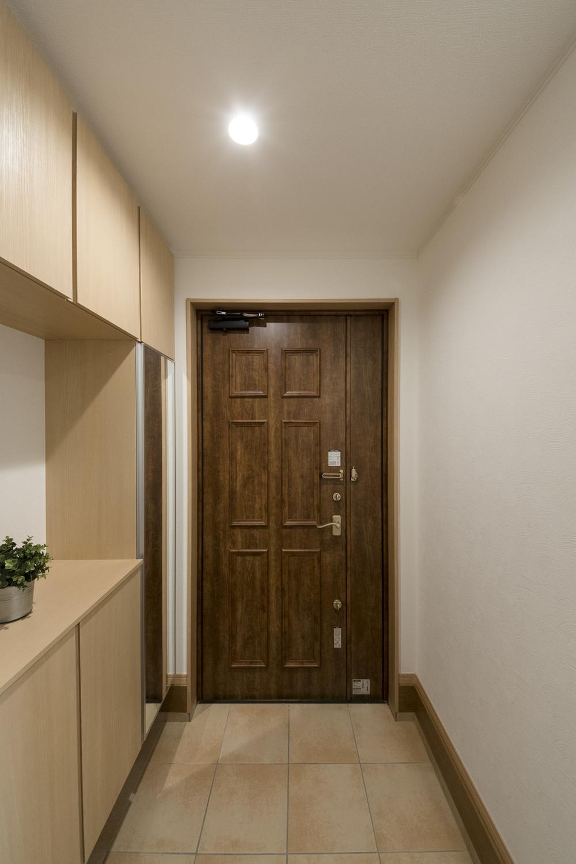 玄関ドアは、使い込まれた木の質感を再現した色です。重厚感と落ち着きを感じさせる玄関を演出します。