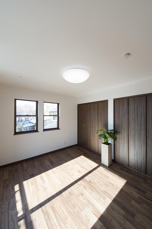 2面採光がもたらす豊かな光と風が上質な空間を演出します。陽光が部屋中に広がる贅沢な2階洋室。