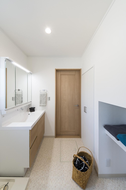 建具や洗面化粧台扉を明るい木目調カラーでアクセントにしたナチュラルな雰囲気の空間を演出するサニタリールーム。
